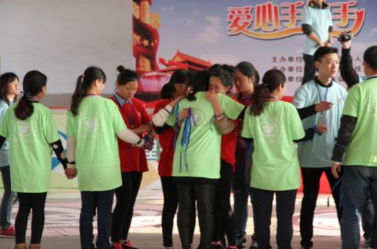 2016年3月5日,一场由武汉LP12志愿者团队主办的爱心手拉手活动在荆州市创业学校隆重举行。来自创业学校100名品学兼优的学生及家长和全体老师,与来自全国各地的20几名青年志愿者参加了此次爱心传递活动。 爱心手拉手活动是汇成人文机构发起的非营利性社会公益活动,旨在通过游戏、对话、分享、体验等形式,实现学生、老师及家长间心灵的沟通,让学生学会人与人之间良好信任、支持、欣赏、付出,让他们懂得社会在关注他们,很多人都想献出爱心给予他们,以此来帮助青少年解决心理问题,促进他们健康成长。 上午8点,汽车